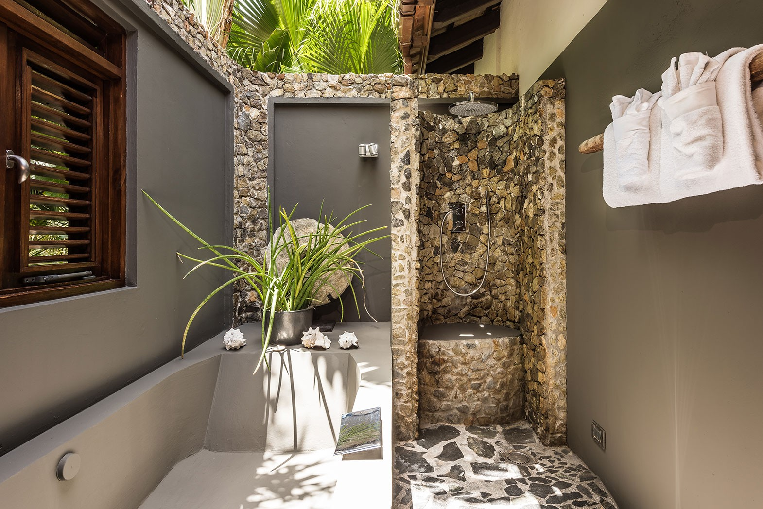Banyan-Tree-outdoor-bathroom