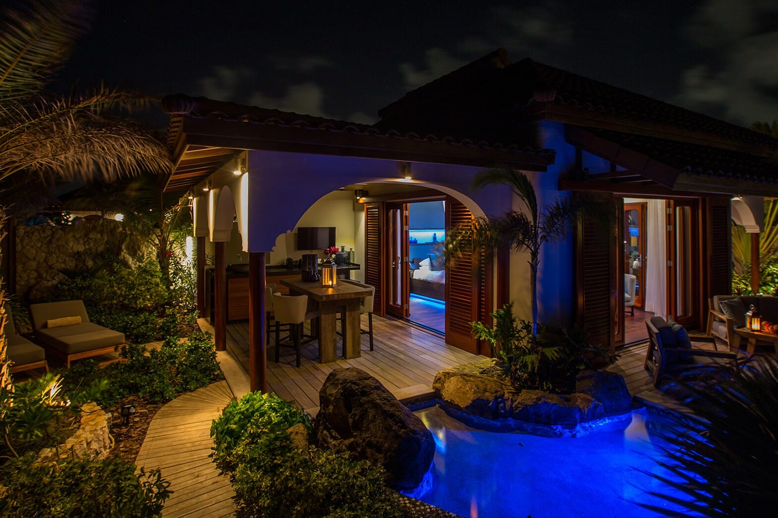 Superior-Beach-Front-Pool-Suite-Dinner-Area