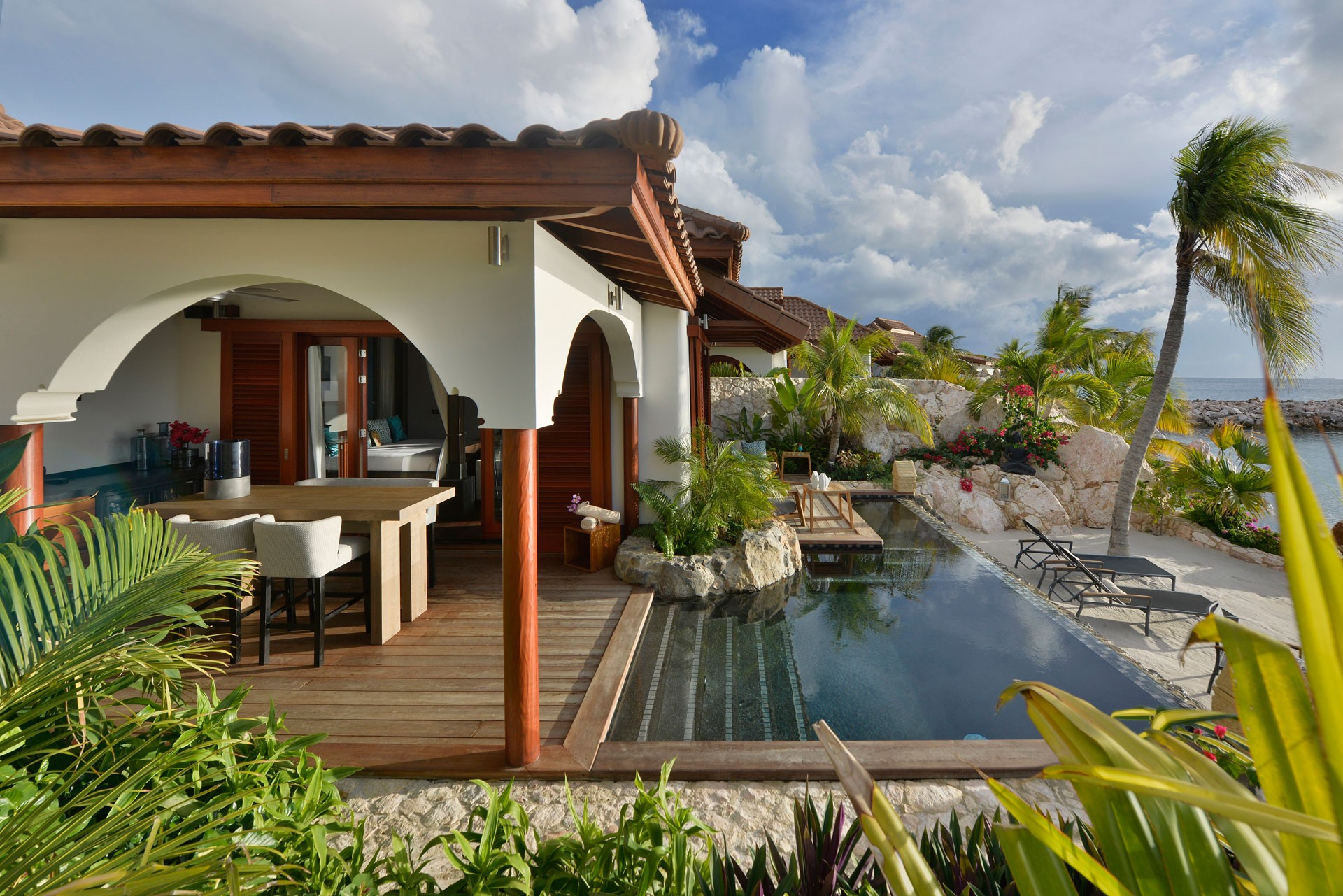 baoase-accommodation-superior-beachfront-pool-suite